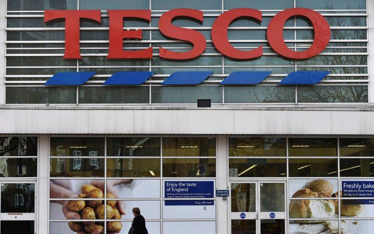 Botrány az angol Tesconál – prepaid kártyán fizeti ki a karácsonyi idénymunkásokat